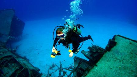 diver-navigating-over-wreck-near-queenslands-whitsunday-islands.jpg